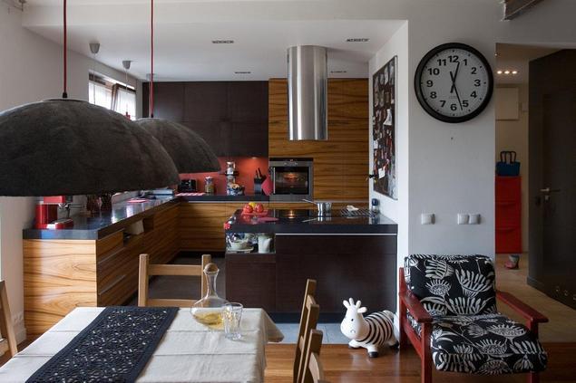 Zobacz galerię zdjęć Kuchnia z salonem Nowoczesna kuchnia w ciemnym kolorze   -> Nowoczesna Kuchnia Z Jadalnią I Salonem