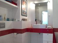 Gra w kolory, czyli biel i czerwień w łazience