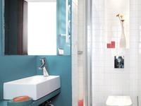 Mała łazienka z tęsknoty za morzem. Niebieska łazienka