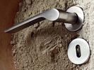 Klamka do drzwi z zaokrągloną rękojeścią Ala OLIVARI