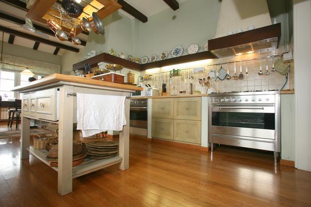 Kuchnia w stylu rustykalnym. Kuchnia z wyspą.