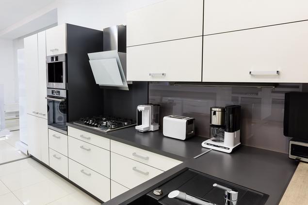 Zobacz galerię zdjęć Biało czarna kuchnia Nowoczesne   -> Kuchnia Bialo Czarna Brazowa