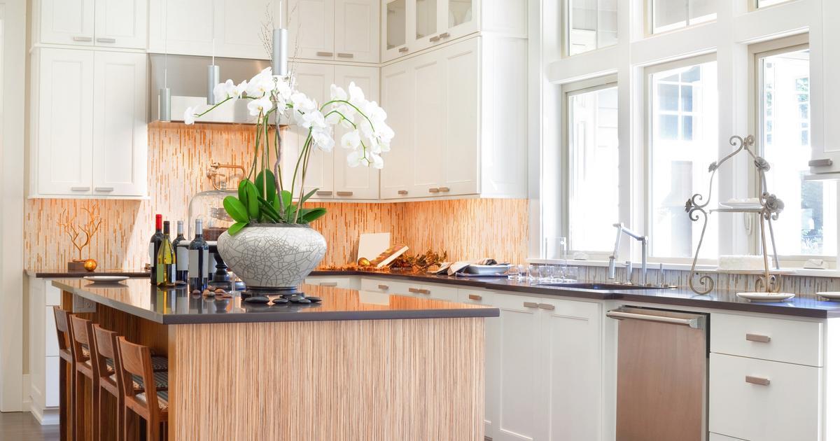 Biała kuchnia Klasyczna aranżacja kuchni z wyspą